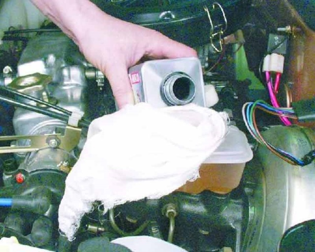 Замена тормозной жидкости: сколько лить, как часто менять