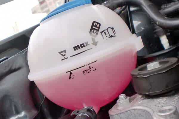 Когда нужно менять антифриз в машине: работа системы охлаждения, периодичность и методы замены