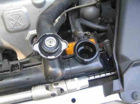 Радиатор охлаждения на Митсубиси Лансер 9: замена