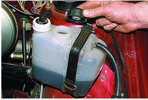 Как слить охлаждающую жидкость: мастер-класс по добавлению антифриза в ВАЗ-2114, где находится сливная пробка