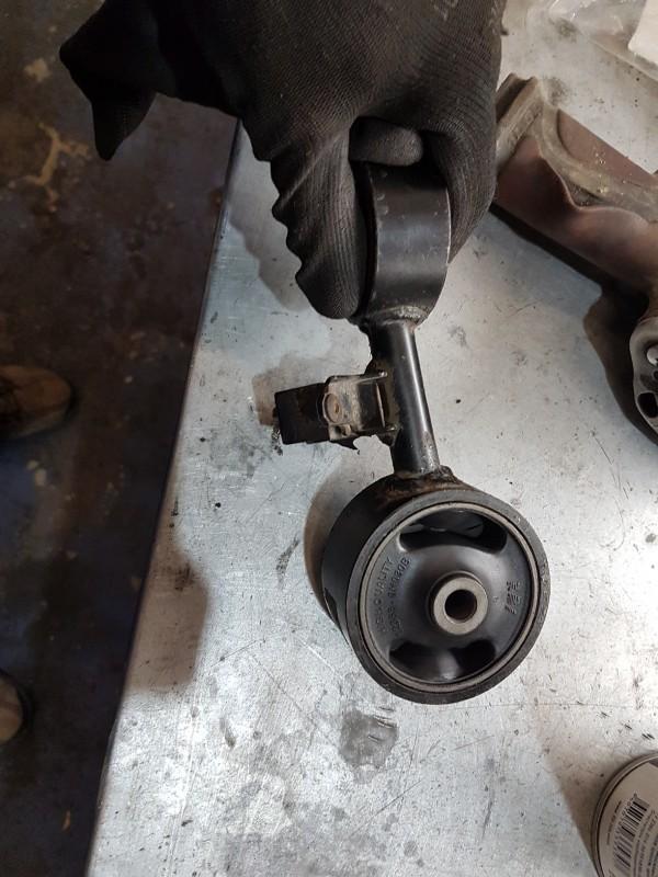 Подушка и опоры двигателя на Тойота Камри 40: замена