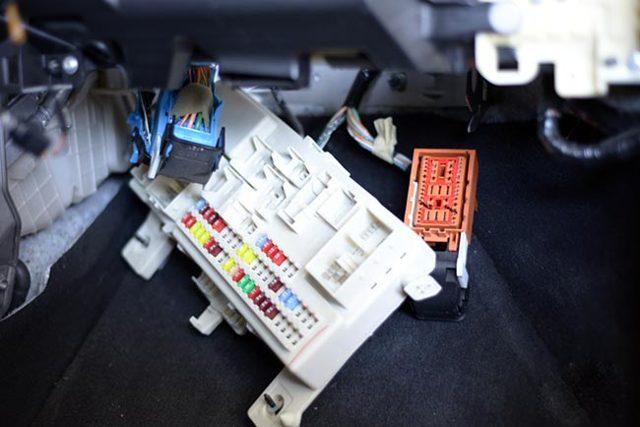 Салонный фильтр Мазда 3: где находится, замена