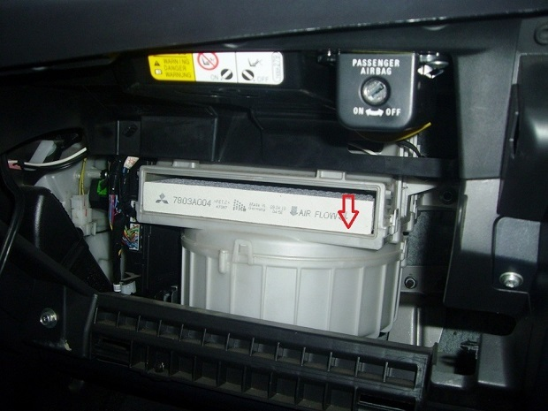 Салонный фильтр на Митсубиси Лансер 10: где находится, замена