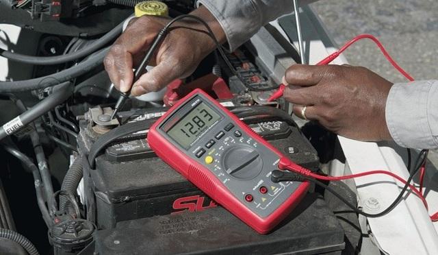 Напряжение на аккумуляторе автомобиля: таблица заряда, как замерить