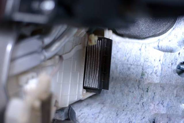 Воздушный фильтр Мазда 3: где находится, замена