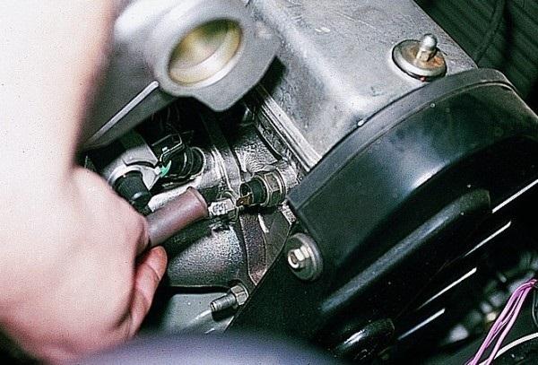 Датчик давления масла ВАЗ 2109: где находится, замена