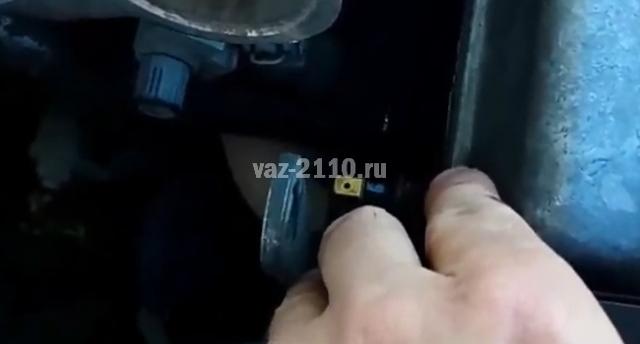 Датчик давления масла ВАЗ 2110: где находится, замена