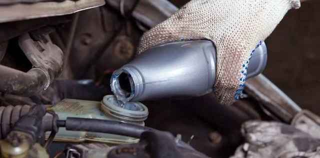 Проблемы с тормозной жидкостью: течет, низкий уровень